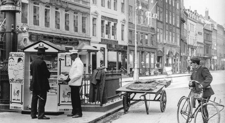 Sort paa Hvidt Højbro Plads 1918