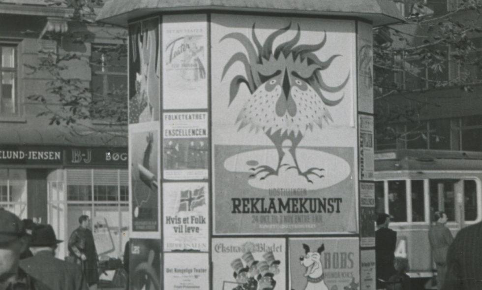 Reklamekunst på Rådhuspladsen 1945
